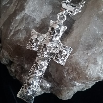 Zino Catacomb rugged skull cross pendant